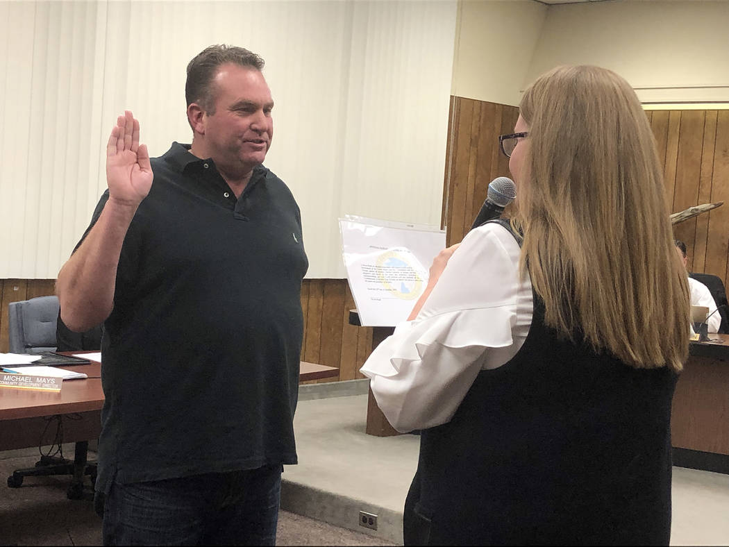 (Boulder City) City Clerk Lorene Krumm swears in Boulder City's newest Planning Commissioner Steve Rudd at the City Council meeting Tuesday, Jan. 22.