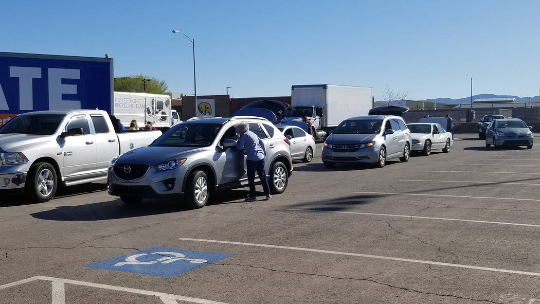 Celia Shortt Goodyear/Boulder City Review Residents line up to donate and recycle items at the ...