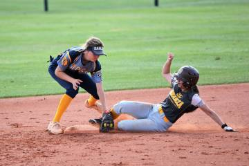 (Robert Vendettoli/Boulder City Review) Tagging the runner out at second base, Boulder City Hig ...