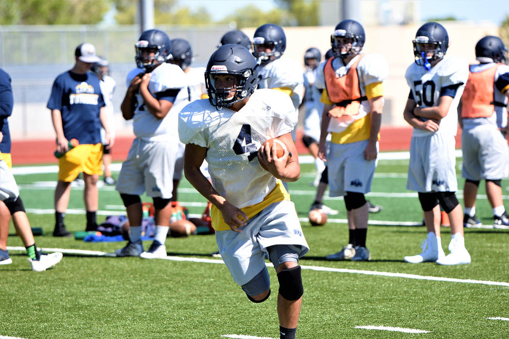 (Robert Vendettoli/Boulder City Review) Running the ball up the middle, junior running back Dea ...