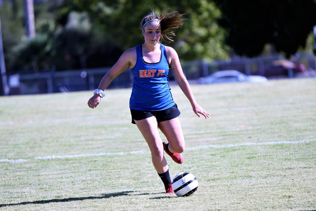 (Robert Vendettoli/Boulder City Review) Moving the ball up field, Boulder City High School seni ...