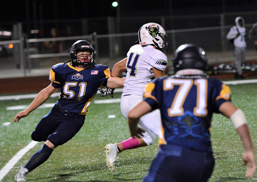 (Robert Vendettoli/Boulder City Review) Closing in on the quarterback, Boulder City High School ...