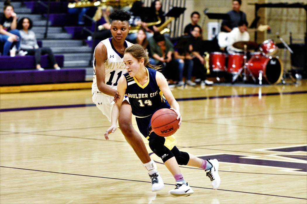 (Robert Vendettoli/Boulder City Review) Making her way to the basket, Boulder City High School ...