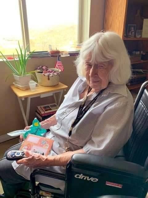 (Lakeview Terrace of Boulder City) Dorothy Burns, 102, enjoys reading the cards and letters sen ...