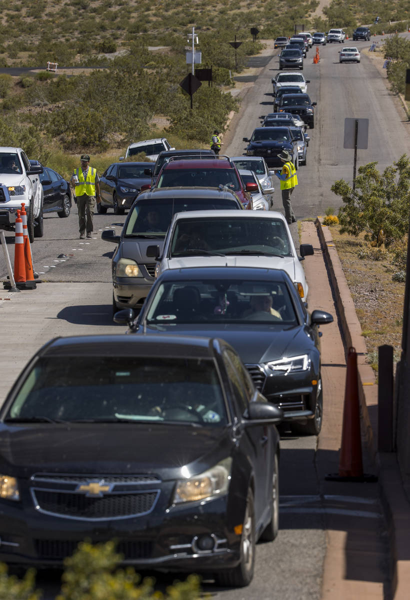 (L.E. Baskow/Las Vegas Review-Journal) Visitors are backed up at an entry station to Lake Mead ...