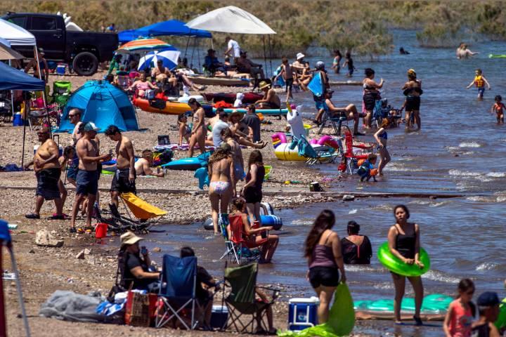 (L.E. Baskow/Las Vegas Review-Journal) Visitors practice little social distancing at Boulder Be ...