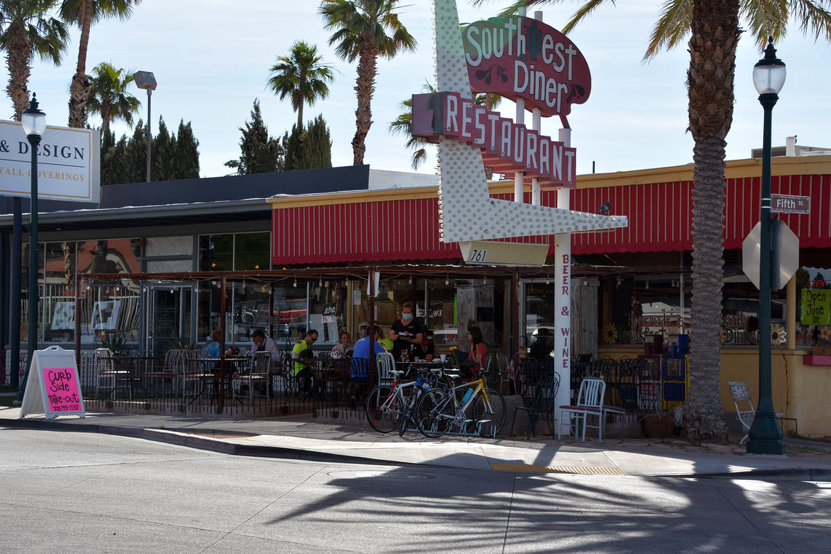 Celia Shortt Goodyear/Boulder City Review Diners enjoy eating outside at Southwest Diner on Mon ...