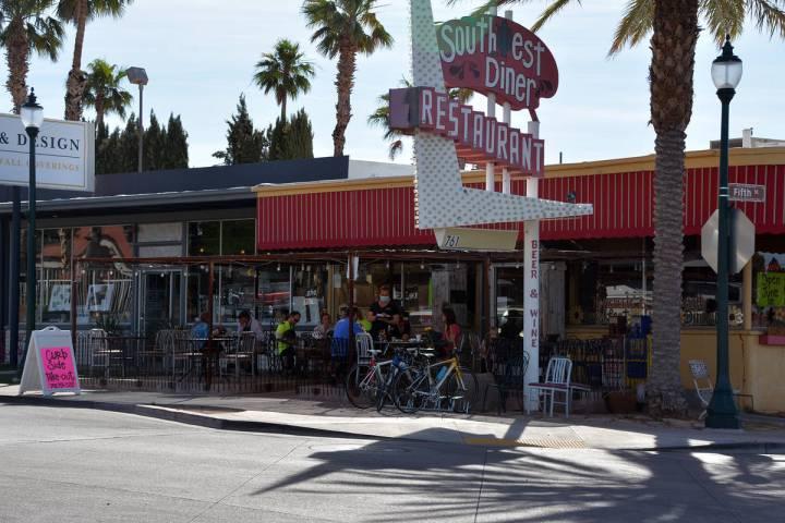 Celia Shortt Goodyear/Boulder City Review Diners enjoy eating outside at Southwest Diner on Mon ...