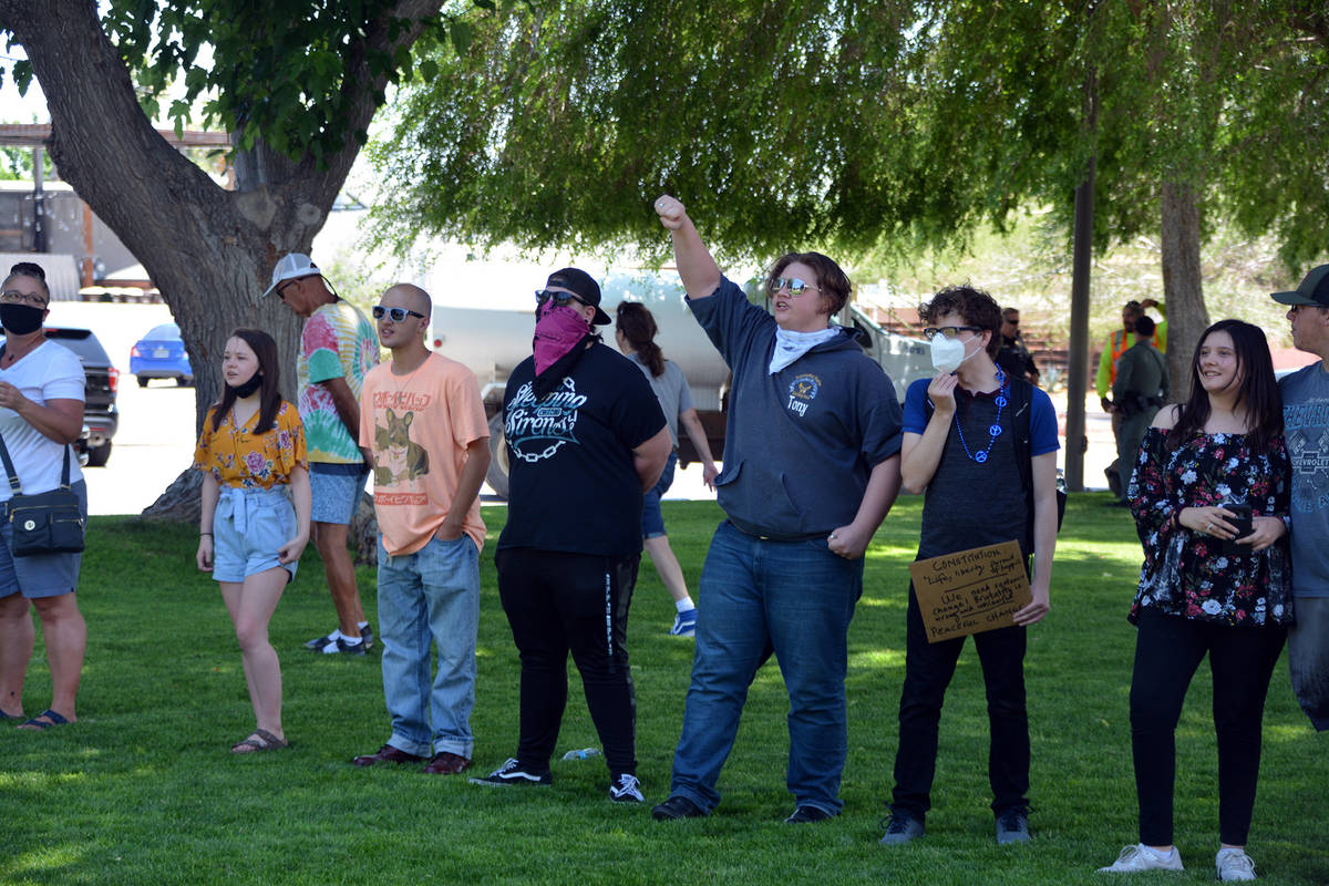 Celia Shortt Goodyear/Boulder City Review People participate in a informal peaceful event at So ...
