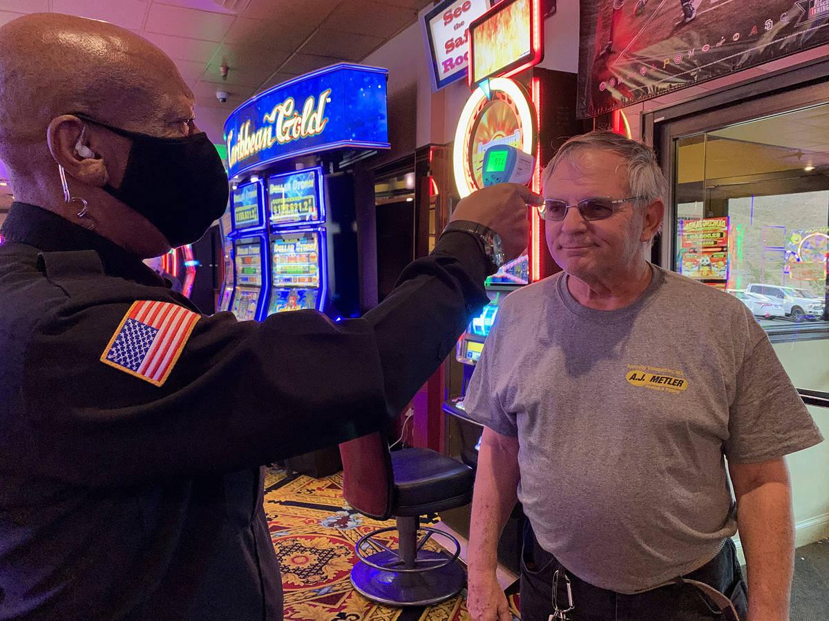 (Hali Bernstein Saylor/Boulder City Review) Karl Graham, left, checks the temperature of Don Li ...