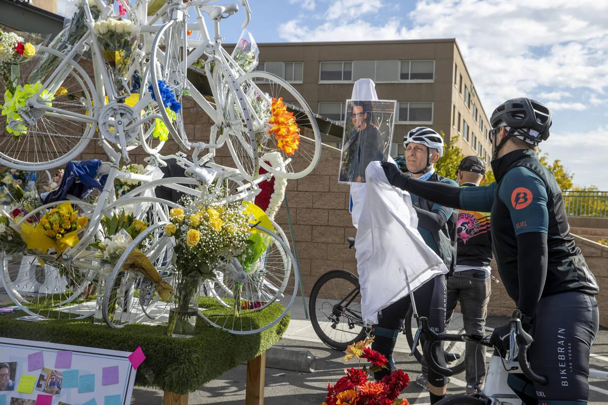 (L.E. Baskow/Las Vegas Review-Journal) Cyclists Jim Brittelli, center, and Aaron Zastrow adjust ...