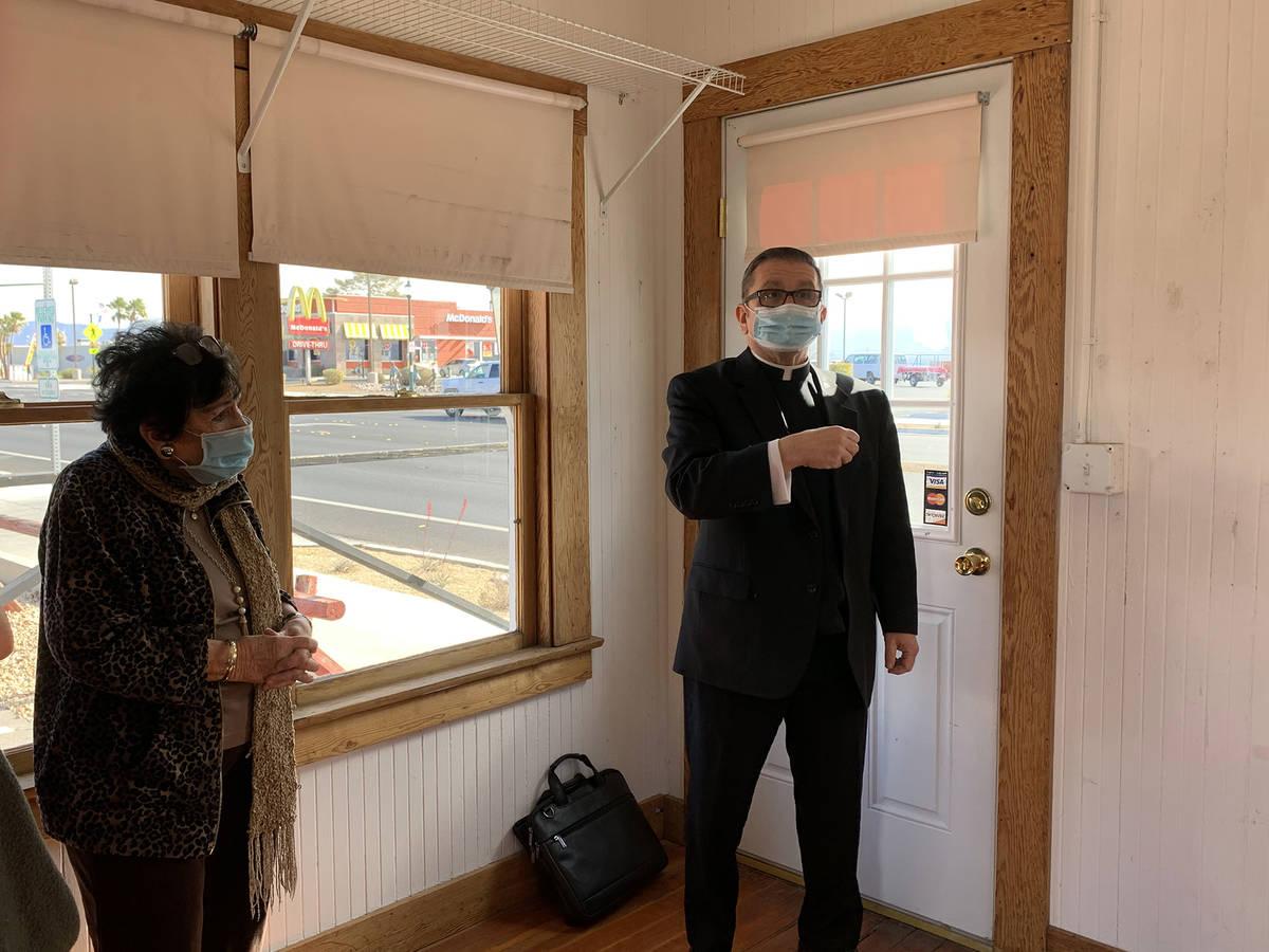 (Hali Bernstein Saylor/Boulder City Review) Carole Gordon, property owner, and her son, Monsign ...