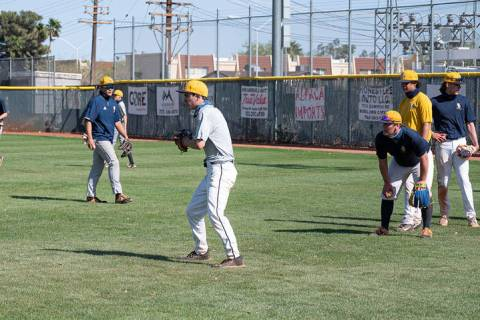 (Jamie Jane/Boulder City Review) Matt Felsenfeld, center, practices with Boulder City High Scho ...