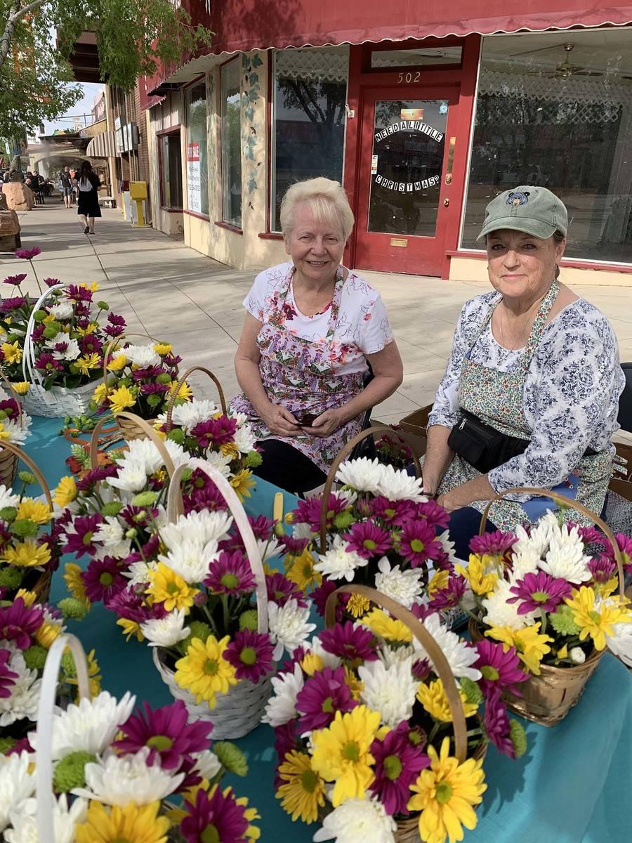 (Hali Bernstein Saylor/Boulder City Review) Carolyn Fowler, left, and Kathie Robinson sold bask ...