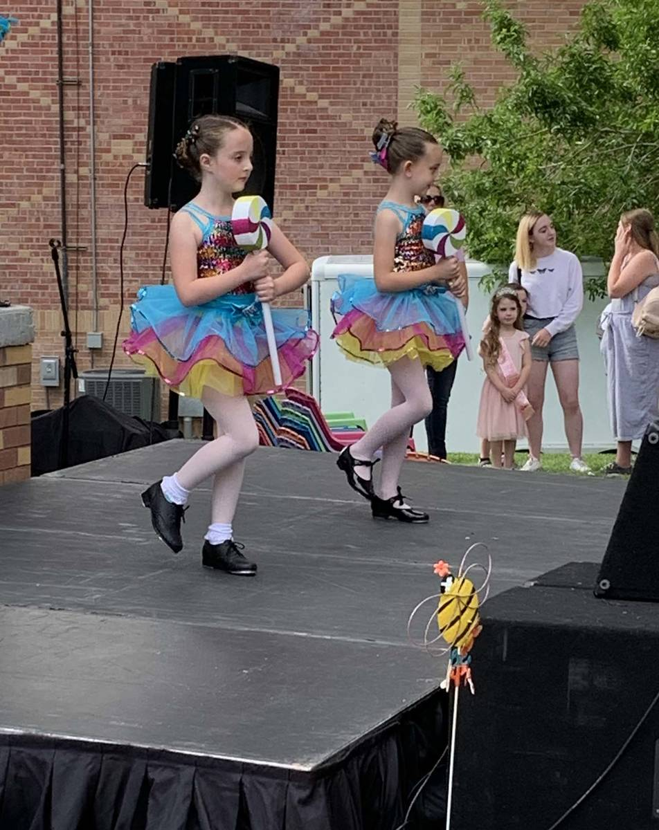 (Hali Bernstein Saylor/Boulder City Review) Two young girls, who are taking classes at Dance Et ...