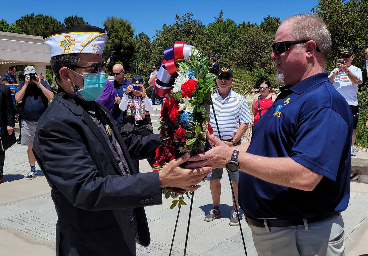 Celia Shortt Goodyear/Boulder City Review Bill Perlmutter, left, receives a wreath to commemora ...