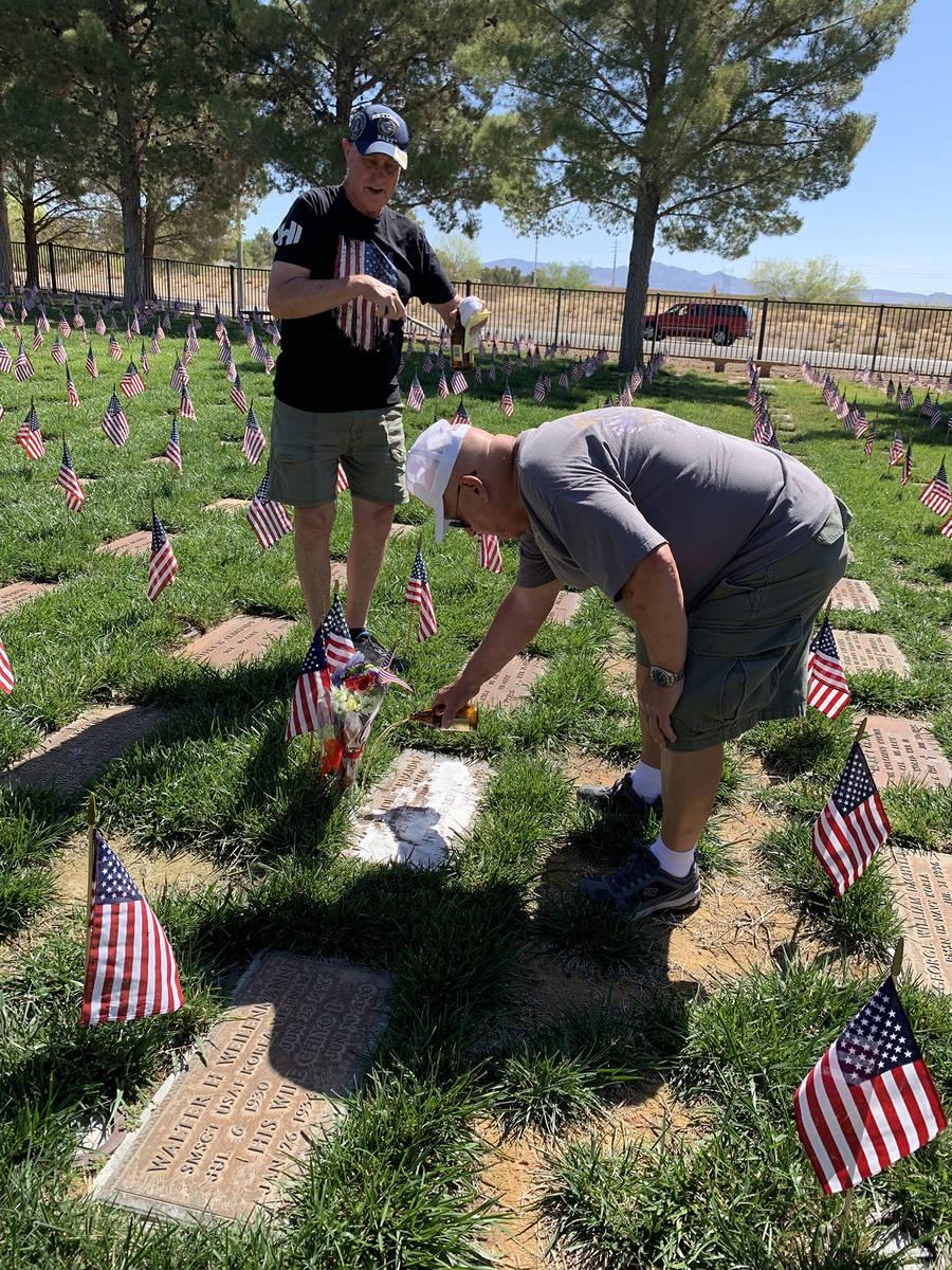 (Hali Bernstein Saylor/Boulder City Review) U.S. Navy veterans Mick McLean, left, and Al Slagle ...