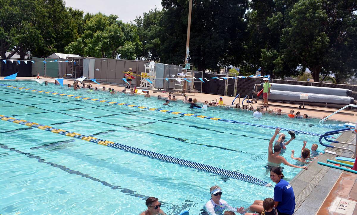 Celia Shortt Goodyear/Boulder City Review Children, swim instructors and lifeguards pack Boulde ...
