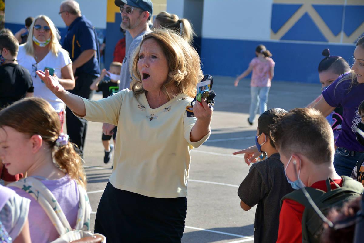 Celia Shortt Goodyear/Boulder City Review King Elementary School teacher Pam Honey dances outsi ...