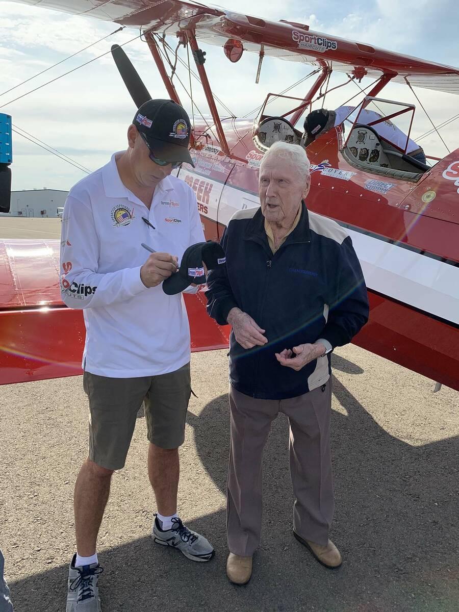 (Hali Bernstein Saylor/Boulder City Review) Ryan Weir, left, a pilot with Dream Flights, signs ...