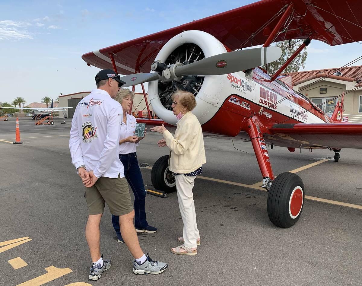 (Hali Bernstein Saylor/Boulder City Review) Ryan Weir and Molly Littlefield, left, pilots for D ...
